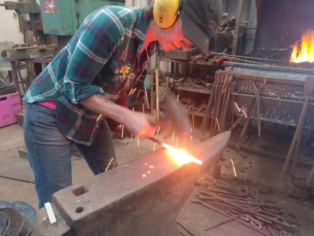 Bex Simon forging at the anvil